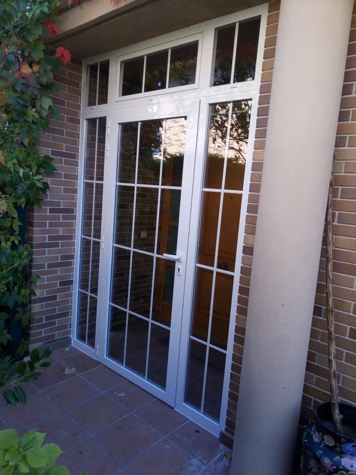 Puerta mirador de portal