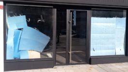 Colocación de puerta de aluminio en establecimiento de próxima apertura en la Txantrea
