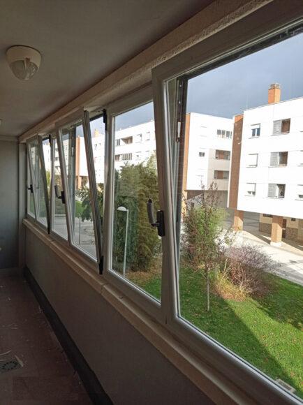 Cerramiento de aluminio con ventanas OSCILOBATIENTES